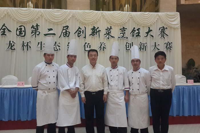 万博官方manbetx下载花在全国第二届创新菜烹饪大赛中获得金奖后合影