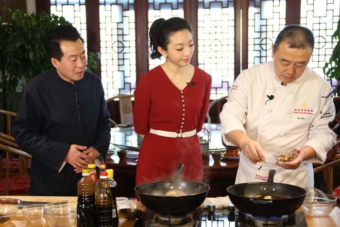 屈浩大师在万博官方manbetx下载花餐饮亲授厨艺