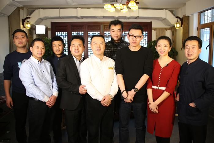 北京电视台暖暖的味道节目组在芝麻花合影